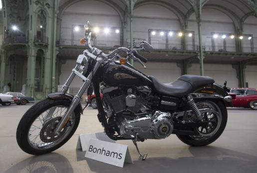 La Harley Davidson Dyna Super Glide 2013, que fue un regalo de la marca de motos al papa Francisco, ha sido subastada en París.