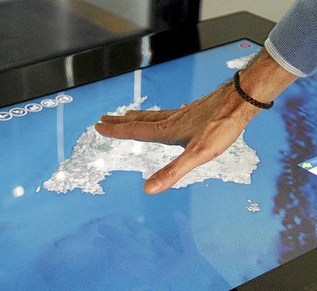Luis Bendito muestra el funcionamiento de la mesa táctil, mediante la cual, y gracias a la ayuda de las fichas, fotos y vídeos, se puede planificar desde un viaje a Balears hasta una simple jornada de entretenimiento