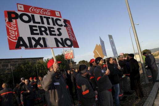 Concentración de trabajadores en las puertas de la embotelladora de Coca-Cola en Palma.