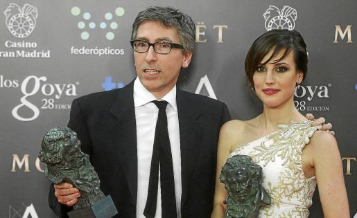 Natalia de Molina, Goya a la mejor actriz revelación, junto al director David Trueba, director de la película triunfadora de la noche.