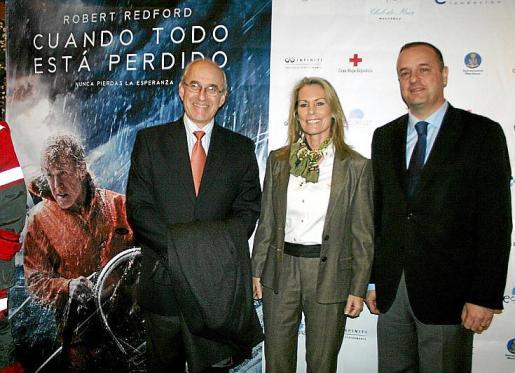 Theresa Zabell entre Roberto Ortiz y Antonio Deudero.