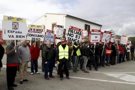 Imagen de la concentración celebrada esta mañana a las puertas de la planta embotelladora de Coca Cola en Palma.