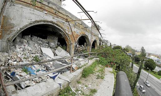 Estado actual del depósito de basuras y escombros en la base de los molinos del Jonquet.