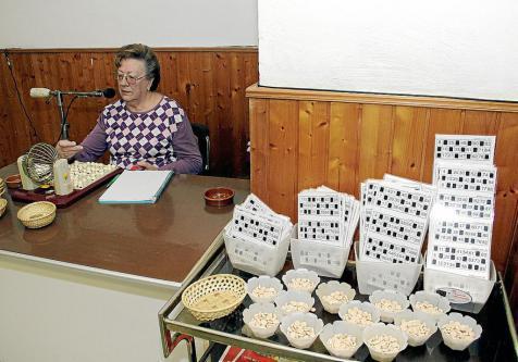 Imagen de un juego de bingo navideño en la Part Forana.