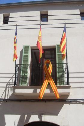 Imagen de un lazo cuatribarrado en el Ayuntamiento de Capdepera.