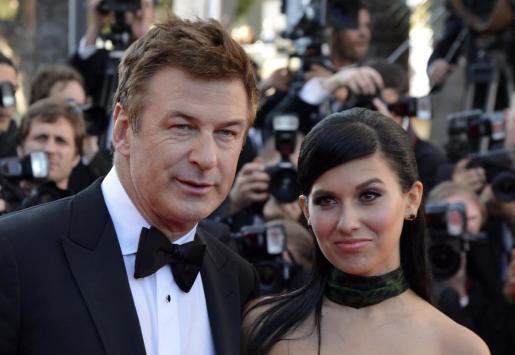 El actor estadounidense Alec Baldwin (i) y su mujer, la mallorquina Hilaria Thomas.