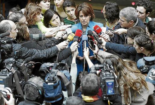 La presidenta del Gobierno de Navarra, Yolanda Barcina, realiza declaraciones a los medios.