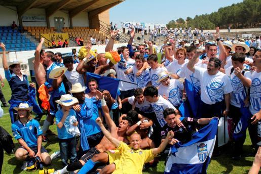 Jugadores, técnicos y aficionados de Atlètic Balears celebran sobre el césped de Elola el ascenso del equipo blanquiazul a la Segunda División B del fútbol español.