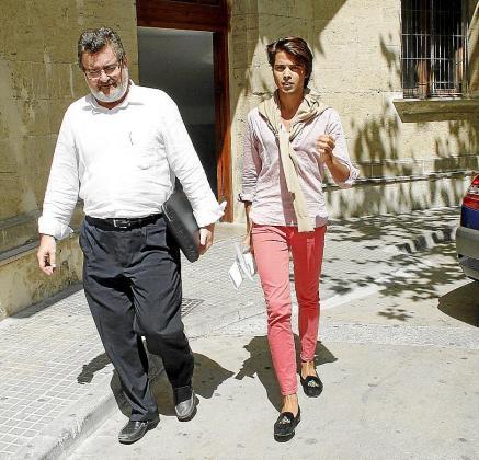 El joven Luis Rodríguez Toubes, junto a su abogado, sale de los juzgados de Palma al ser detenido el pasado verano.