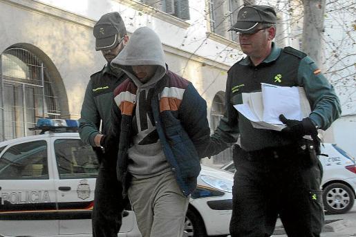 Dos guardias civiles acompañan al detenido al juzgado de guardia.