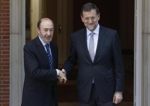 Alfredo Pérez Rubalcaba y Mariano Rajoy, durante un encuentro en La Moncloa.