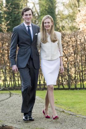 El príncipe Amadeo de Bélgica camina con su prometida, Elisabetta Rosboch von Wolkenstein.