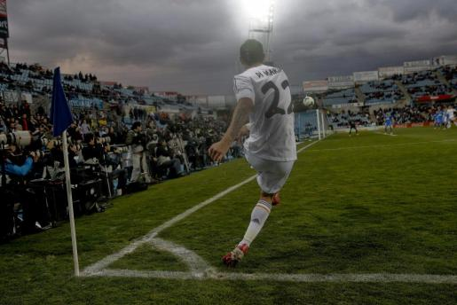 El centrocampista argentino del Real Madrid Ángel Di María saca un córner durante el partido.