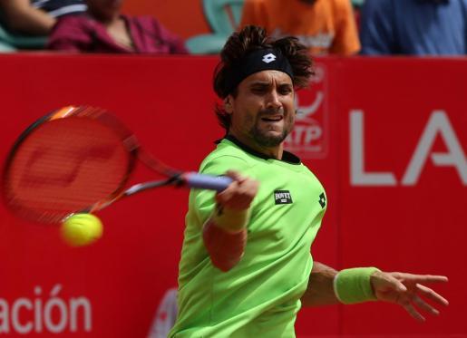 El tenista español David Ferrer responde una bola al tenista italiano Fabio Fognini.