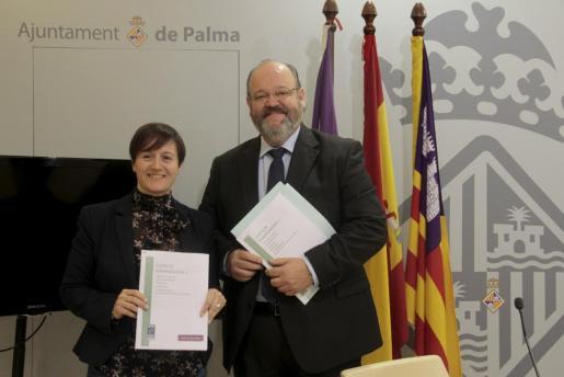 La concejala de Bienestar Social e Igualdad del Ayuntamiento de Palma, Ana Ferriol, y el concejal de Seguridad Ciudadana, Guillermo Navarro, esta mañana.