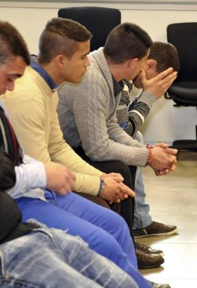 El hijo del torero José Ortega Cano, José Fernando Ortega Mohedano (2i), en la sala del juzgado penal 5 de Sevilla donde ha comenzado hoy el juicio por agresión y robo.