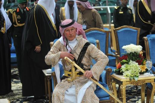 El príncipe Carlos de Inglaterra, viste un traje tradicional saudí.