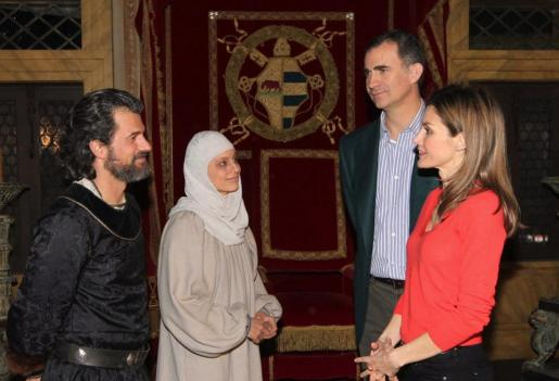 """Los Príncipes de Asturias, Felipe y Letizia, conversan con los actores Michelle Jenner y Rodolfo Sancho, protagonistas de la serie """"Isabel""""."""