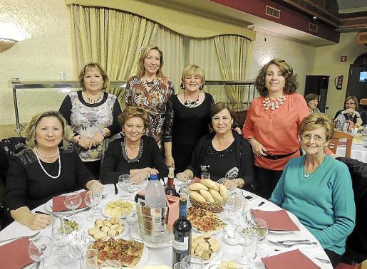 De pie: Rosario Navarro, Carmen Moreno, Mª del Carmen Cano y Trinidad Rebollo. Sentadas: Loli Lupiáñez, Carmina Gómez, Mª José del Cerro y Julia Morales.