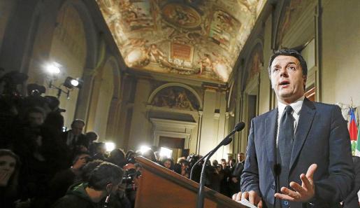 Matteo Renzi dio una rueda de prensa tras su encuentro con el presidente italiano, Giorgio Napolitano, en el palacio del Quirinale en Roma.