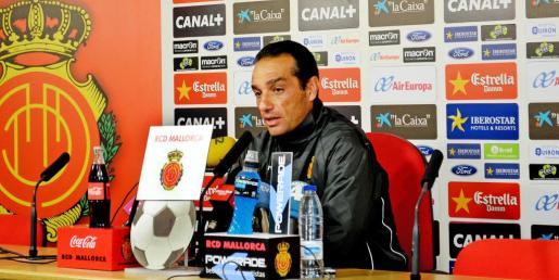 José Luis Oltra, durante la rueda de prensa de ayer en Son Bibiloni.