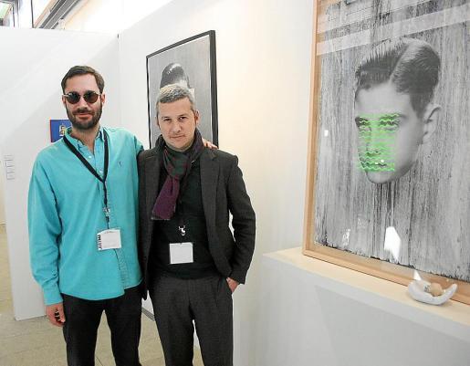 El creador isleño Julià Panadès y Fran Reus, en el estand de la galería de este último.