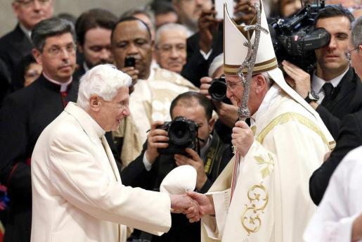 Los papas Benedicto y Francisco, en su encuentro en San Pedro.