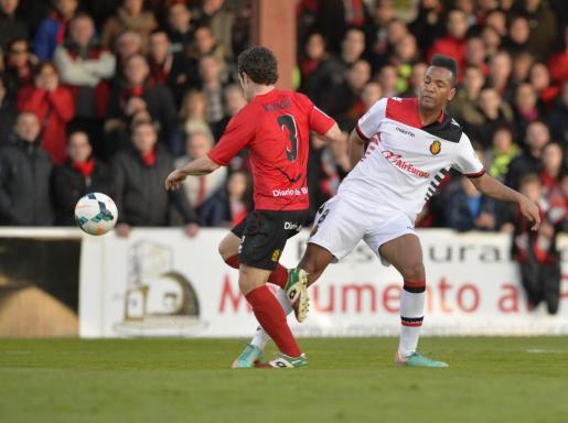 El jugador del Real Mallorca, Emilio Nsue, pugna por el balón con el futbolista del Mirandés Koikili.