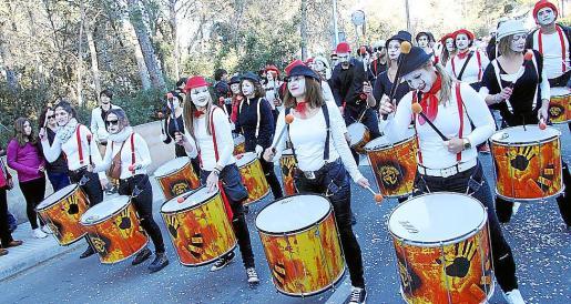 La batucada 'Sandungueros', una de las comparsas que marcó el ritmo en la Rua de Marratxí.