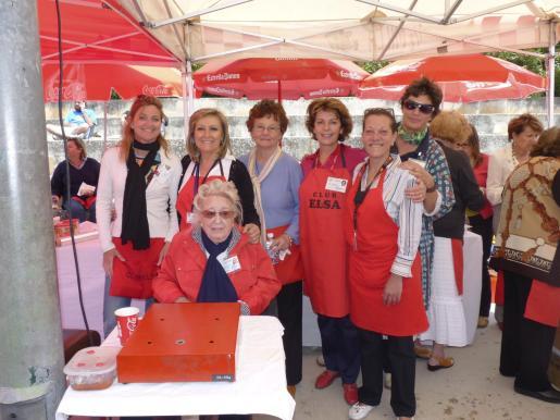 Joana Walker, presidenta honorífica del Club Elsa, rodeada de María José Llaneras, Rafi Córdoba, Francine Bia, Francisca Llabrés, Nuria Sánchez e Irene Kehl.