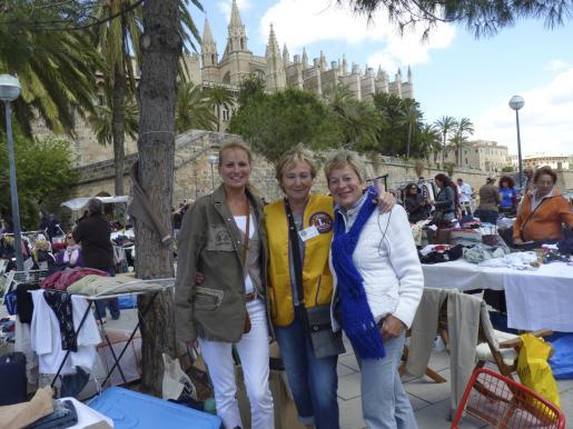 Laura Fruhauf y Briguitte Temme con la vicepresidenta del Club Lion Calviá, Uschi Berndt.
