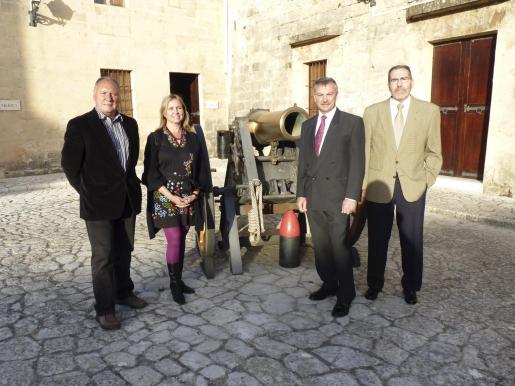 Antoni Llull, Elena Conde -conservadora del museo-, Guillermo Bonet y Juan Ramis.
