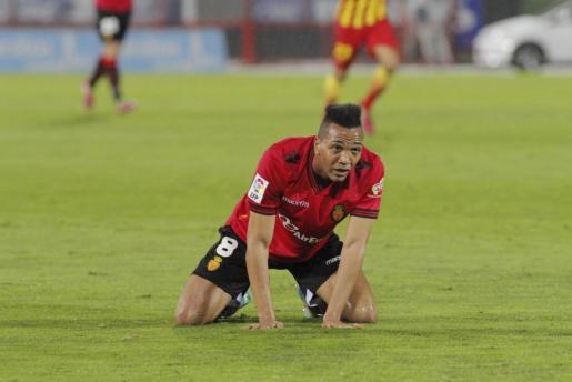 El jugador del Real Mallorca, Emilio Nsue, abatido en el césped.