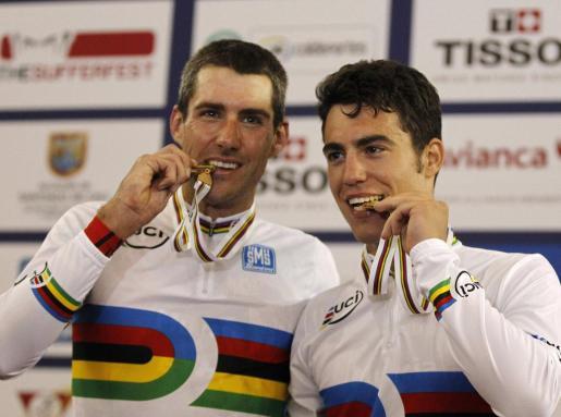 David Muntaner y Albert Torres, en el podio con sus oros.