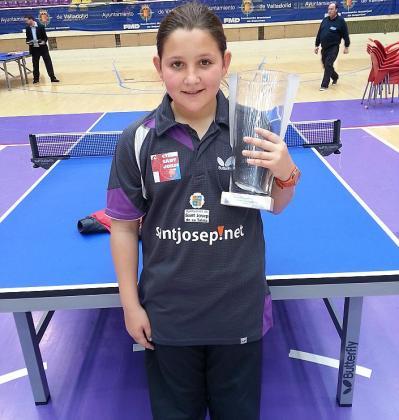 Natalia Miramontes posa con el trofeo de subcampeona.