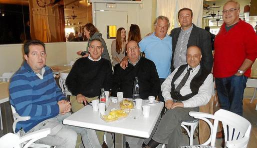 Los regidores Joan Ruiz, Biel Darder y Miquel Bestard, el alcalde de Sóller, Carlos Simarro; Pep Selles, nuevo propietario del local; Tolo Oliver y Federico Price.