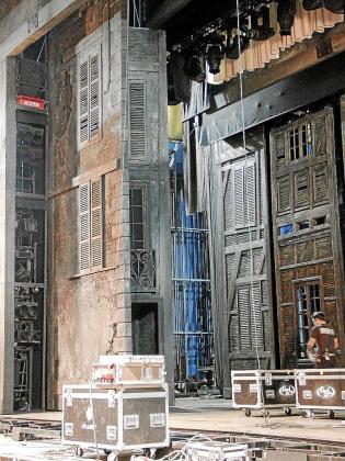 El escenario remite al París de finales del siglo XIX.