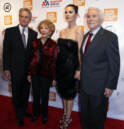 Michael Douglas, Anne Buydens Douglas, Catherine Zeta-Jones y Kirk Douglas.