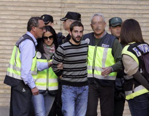 Miguel Carcaño (c), asesino confeso de Marta del Castillo, a su llegada hoy al Hospital Miguel Servet de Zaragoza.