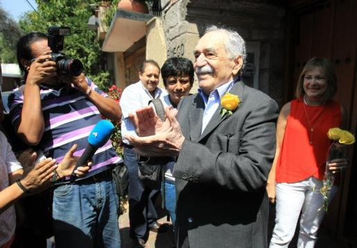 El escritor colombiano Gabriel García Márquez saluda sonriente a un grupo de periodistas ante su residencia en Ciudad de México (México).
