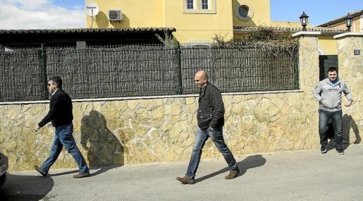 El registro en el chalet de Son Sardina comenzó por la mañana y no finalizó hasta la seis de la tarde de ayer. Los agentes inspeccionaron todas las dependencias y se llevaron algunos efectos para analizarlos.