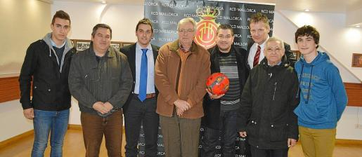 Juan Vich, Juanjo Méndez, Ricard Rodríguez, Tolo Martorell, Jaume Segura (abuelo), Jaume Segura (padre), Michael Blum y Jaume Segura (hijo), en la entrega del balón.