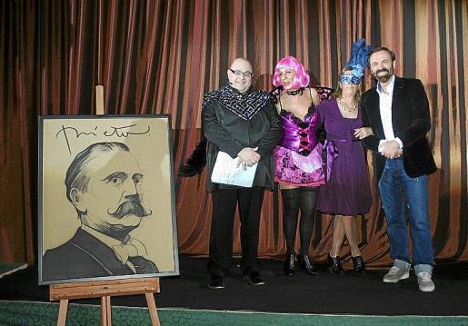 Joan Carles Bestard, Celia Velasco, Mercedes Alonso y Tolo Riera en el momento del sorteo de regalos entre los que se encontraba una obra de Carlos Prieto.