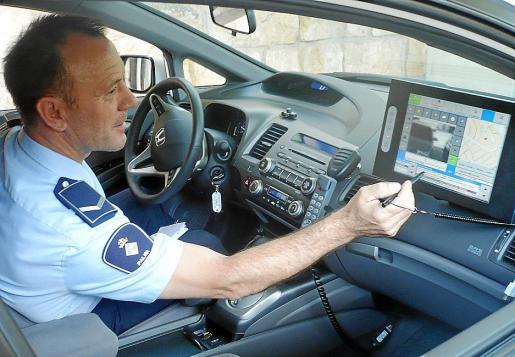 Un oficial de la Policía Local de Palma mostrando una pantalla de radar.