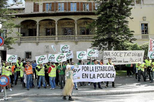 Protesta de los policías turísticos ante el Consolat de Mar para reivindicar estabilidad laboral.