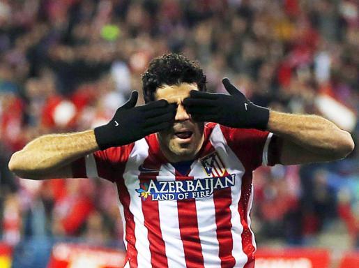El delantero del Atlético de Madrid Diego Costa celebra el primer gol de los rojiblancos, anoche, en el Vicente Calderón frente al Milan italiano.