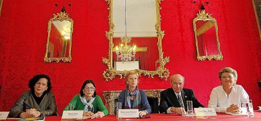 Pilar Ribal, la premiada Betty Gold, María José Massot, René Anderhub y María Ramon, durante el acto que tuvo lugar ayer en el Casal Solleric.