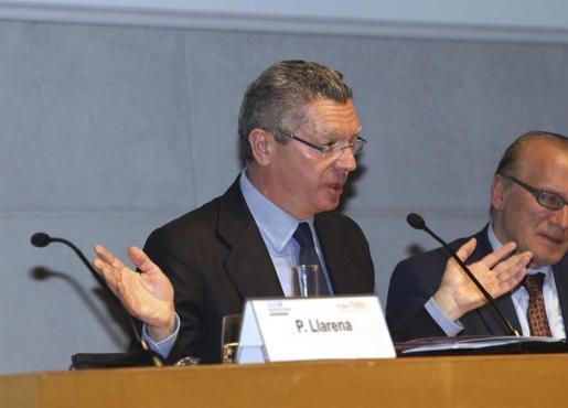 El ministro de Justicia, Alberto Ruiz-Gallardón (i), y el profesor de Esade, Enric R. Bartlett (d) durante la jornada Law School organizada por Esade y la Fundación Faes en la que el ministro ha analizado los proyectos del Gobierno español en el ámbito judicial y sus objetivos.