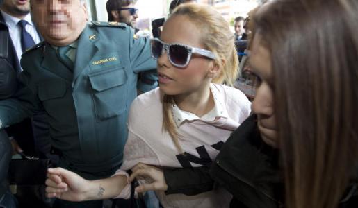 La hija de José Ortega Cano, Gloria Camila Ortega Jurado (i), a su llegada hoy al juzgado penal 5 de Sevilla para asistir al juicio contra su hermano José Fernando Ortega Mohedano.