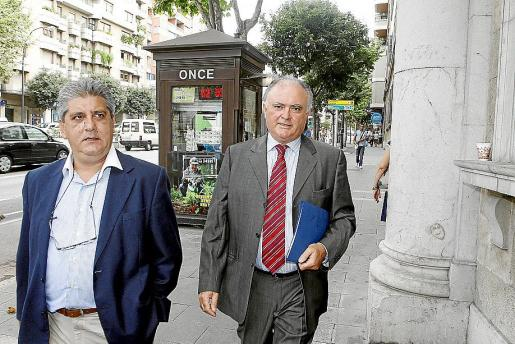 El exconseller Antoni Pascual (derecha), el principal encausado, junto a su abogado.